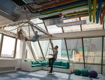 Balansoare, hamace, un yacht și accente SF într-un birou creativ din București