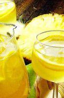 Recette Sangria au vin blanc. Mélanger vin, jus de fruits, cognac et sucre dans une grande cruche ou dans un bol à punch. Éplucher l'ananas et le couper en...