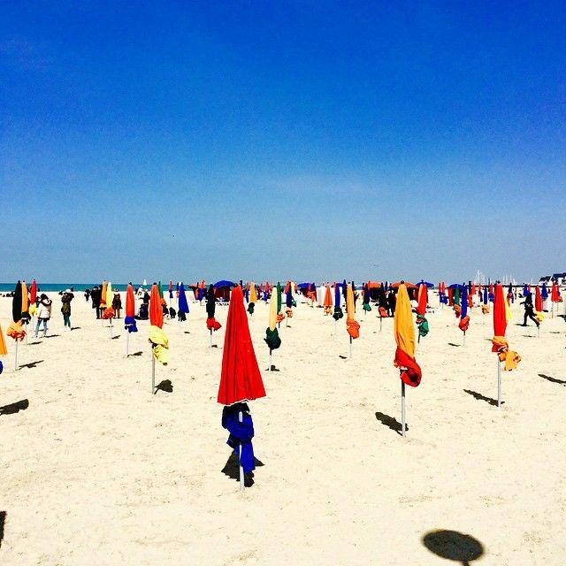 Les parasols. Plage Deauville☀️ Спущенные зонтики на пляже прекрасного города Довилль #normandie #deauville #plage #нормандия #довиль #пляж