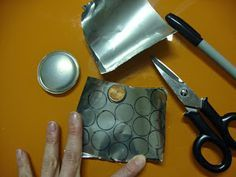 Cómo hacer un bordado indio con espejos shisha. Si quieres decorar alguna camiseta o bolso de forma original, pero no sabes cómo ¡Seguro que esta técnica te gustará!