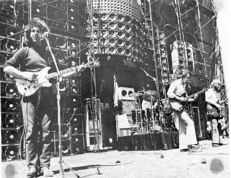 De 'Wall of Sound' van rockband Grateful Dead, uit de jaren '70. Deze enome berg JBL-speakers diende als monitor- én PA-systeem! De band hoorde precies wat het publiek hoorde.