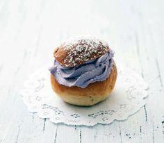 Små vaniljsemlor med blåbärsgrädde