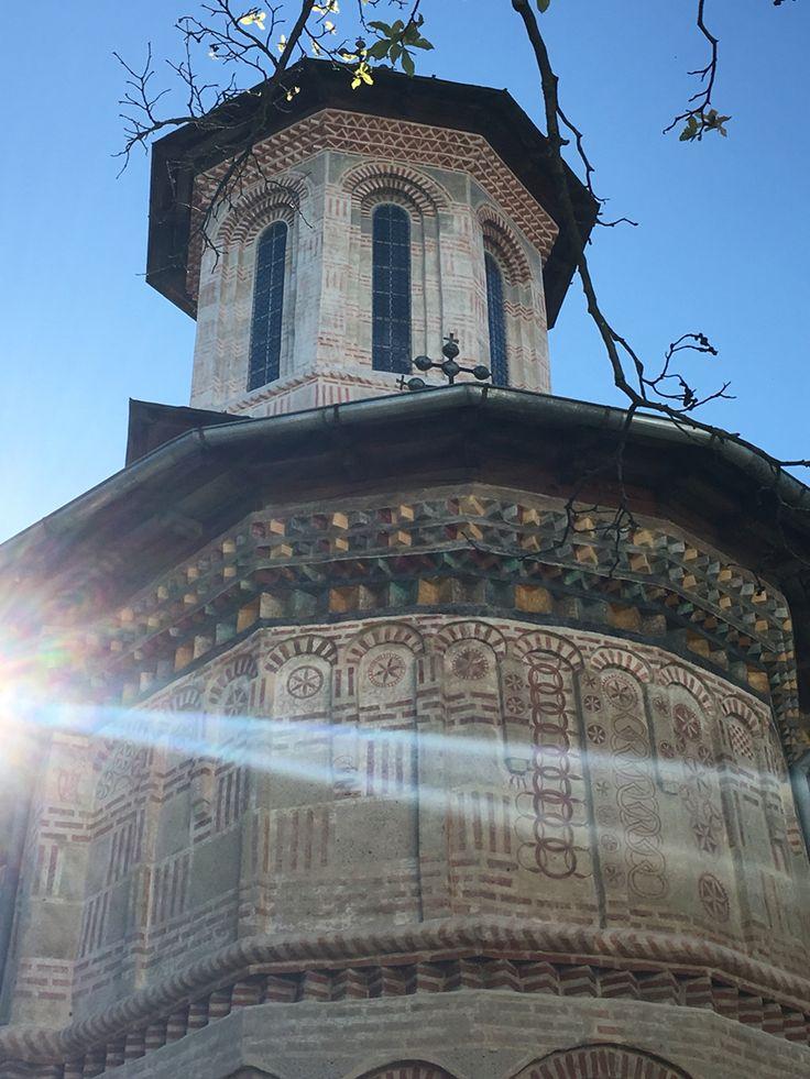 Biserica de Piatra de lângă Mănăstirea dintr-un lemn, comuna Frâncești, jud Vâlcea. Sămânța Vieții într-o varietate fascinantă de forme pe pereții exteriori și pe poarta de la intrare.
