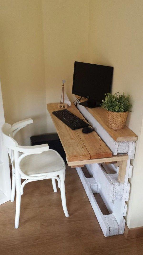 Bureau en palette contre le mur  http://www.homelisty.com/meuble-en-palette/