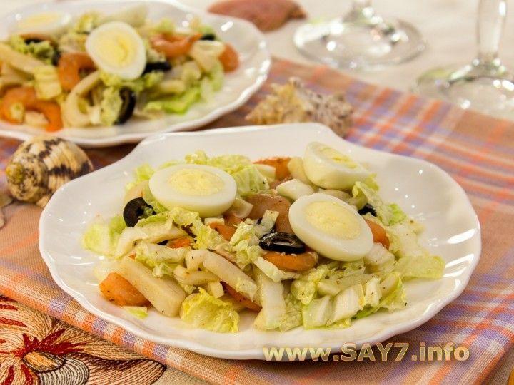 Салат с кальмарами, креветками и пекинской капустой