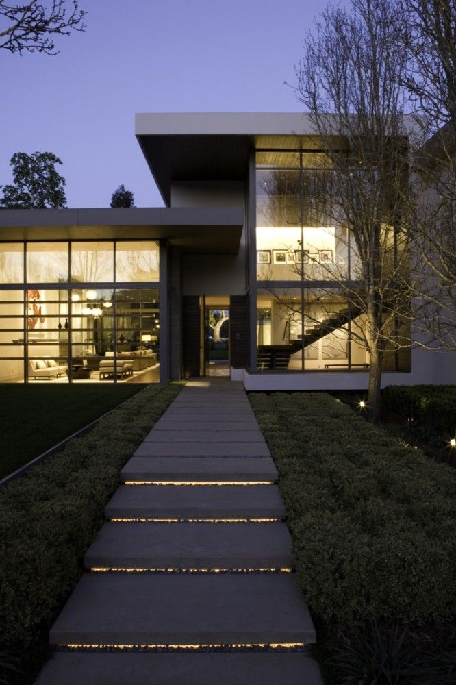 Entrance view of Brentwood Residence by Belzberg Architects #architecture Outdoor Stair lights #artchitecture #residence #house #btl #buytolet pinned by www.btl-direct.com the free buytolet mortgage search engine for UK BTL deals instant quotes online