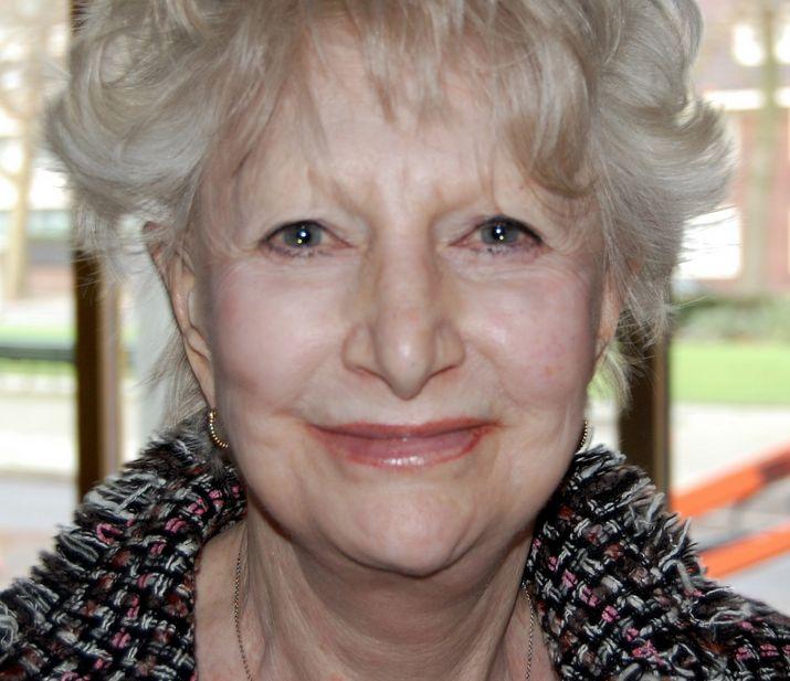 Adèle Bloemendaal 11-01-1933 Nederlandse actrice, cabaretière en zangeres.  Bloemendaal wordt door velen gezien als 'vrijgevochten vrouw', die vrijwel alle facetten van het theatervak beheerste, van zware tragedies tot carnavalskrakers. Ze woont haar hele leven in Amsterdam. Sinds april 2014 woont ze in het verzorgingstehuis de Flesseman in Amsterdam alwaar ze in juni 2014 op 81-jarige leeftijd werd getroffen door een zware beroerte. https://youtu.be/ck3FUXHNDPM