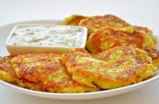 ОЛАДЬИ ИЗ КАБАЧКОВ С СЫРОМ И ЧЕСНОКОМ  = Ингредиенты:  1 средний кабачок  1 яйцо 50 гр. натертого сыра зубок чеснока 1 ст.л. муки соль, перец
