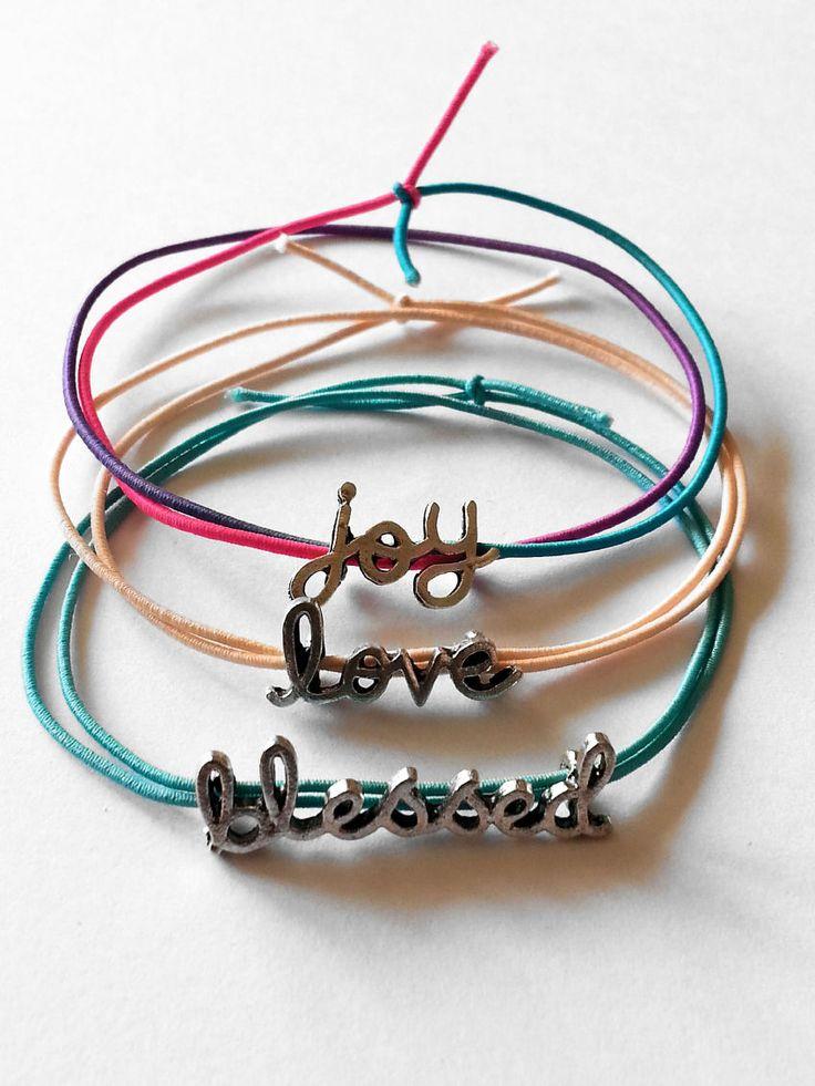 DIY Sieraden Project   Kijk op onze website voor alle materialen   elastische armbandjes met schuivers   www.bykaro.nl voor kralen, bedels en meer...