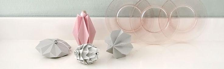 Grijs met pastels. Ook erg mooi voor op een babykamer. Paper shapes #paper #paperart #papier #vorm #3d #geometrisch #kerst #kerstversiering #decoratie #wonen #hanger #papieren #vorm #bal #ornament #grijs #gebaksbordjes #glas #pastel #vintage #roze
