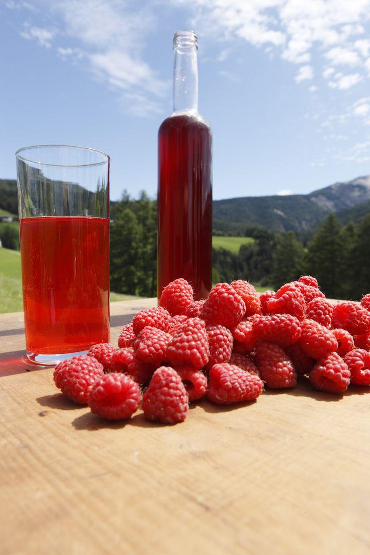 Frische Früchte der Südtiroler Bauern werden direkt am Hof zu Sirupen und Säften verarbeitet - natürlich ohne chemische Zusatzstoffe, Natur pur. Roter Hahn, Südtirol