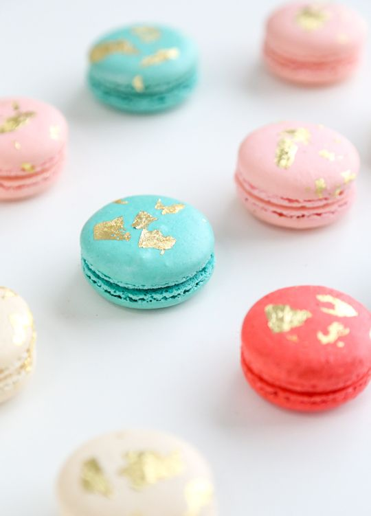 how to make edible gold macarons....who doesn't want to know this?
