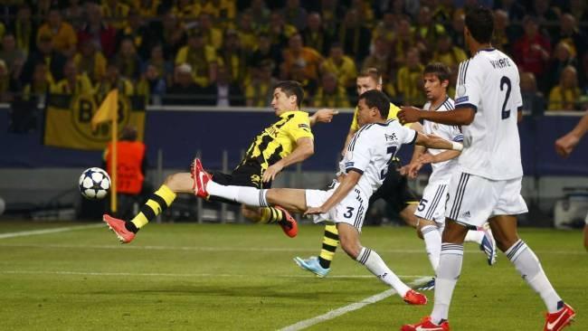 8. Minute: DIE DORTMUNDER FÜHRUNG! Robert Lewandowski drückt eine Götze-Flanke zum 1:0 rein