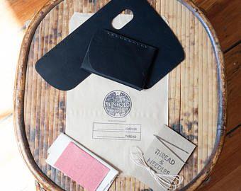 DIY Leathercraft Kit: Minimalistische lederen portemonnee Kit-thuis Hand stitch - zwarte plantaardige gelooid leer