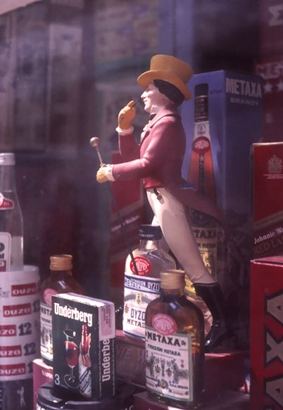 """Johnnie Walker"" de Tom Browne. aparador botiga a Atenes"