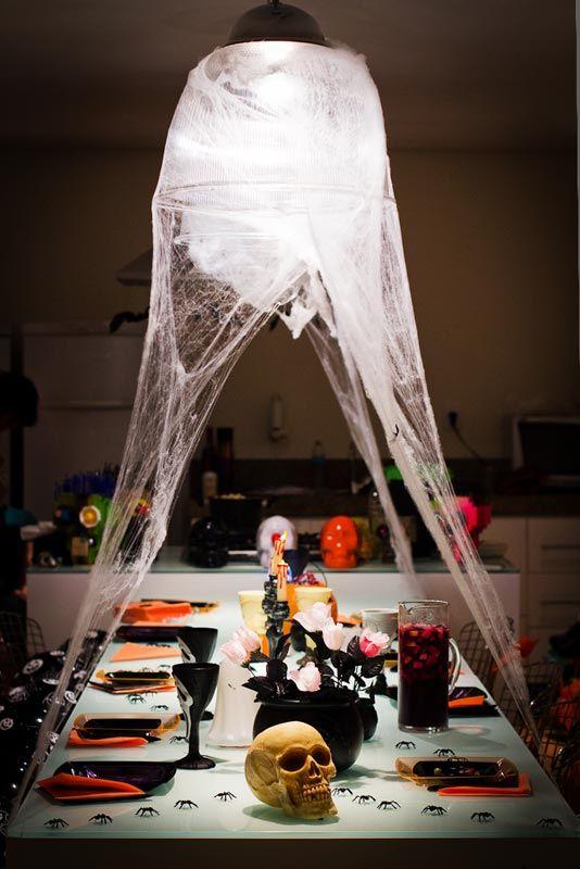 Sala com decoração assustadora para o Halloween