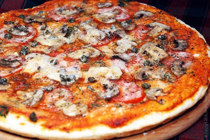 Пицца с шампиньонами, томатами и сыром