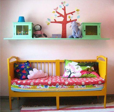 Amei! Quarto de criança tem que ter cores vibrantes, alegria, tô pensando seriamente em colorir uma coisas no quarto do trio...