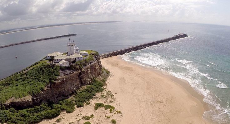 Beautiful Nobbys Beach & lighthouse - regularly walk the breakwall.