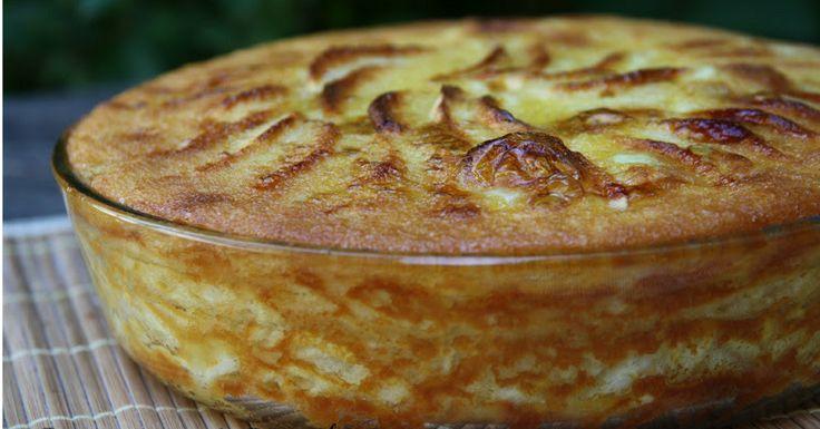 Voilà comment préparer la tarte aux pommes de la grand-mère (procédé) Dans un robot de cuisine montez les œufs avec le sucre au moins pendant dix minutes pour que tout soit volumineux. Pelez et râpez une pomme et coupez en tranches fines les autres pommes puisbaignez-les avec le jus de citron (et les deux cuillères …