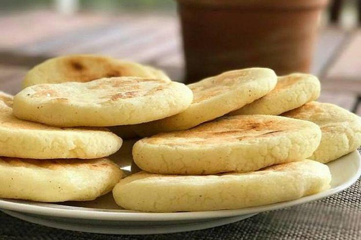 Le arepas sono delle focaccine di mais tipiche di Venezuela e Colombia che vengono utilizzate per accompagnare le pietanze o riempite come dei veri e propri panini con diverse farciture. Ecco come prepararle in pochissimo tempo!