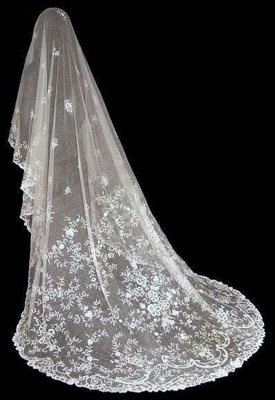 MAGNIFICENT ANTIQUE VICTORIAN BRUSSELS LACE WEDDING VEIL from http://www.antiquelaceheirlooms.com/VEILS2.html