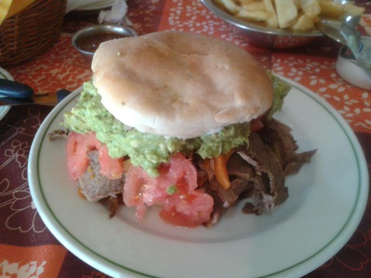 Rosario, Chile, Restaurante Juan y Medio: Mechada, tomate, palta en pan amasado.