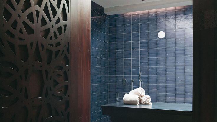 Realizzare un bagno blu con sanitari, piastrelle, mobili da bagno con colori e sfumature delicate o vivaci. Tutte blu, of course.
