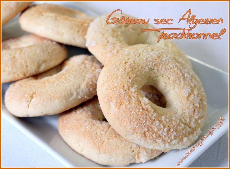 gâteau sec dans la pure tradition pour une pause café à l'algérienne. Façonnés en anneau et saupoudrés de sucre, ces gâteaux aux oeufs très prisés en Kabylie