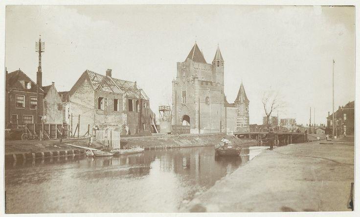 Lange Herenvest. Afbraak van de muurhuisjes bij de Amsterdamse Poort. Foto 1910. Fotograaf: Anoniem