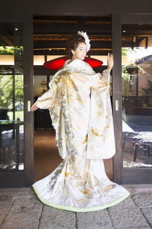 『白地金銀光琳鶴花車に流水』緞子地に金銀の箔で古典的な柄をふんだんにあしらい、裏地・ふきには爽やかな若葉色を使用。