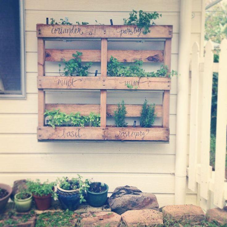 25 best ideas about herb garden pallet on pinterest for Diy pallet herb garden