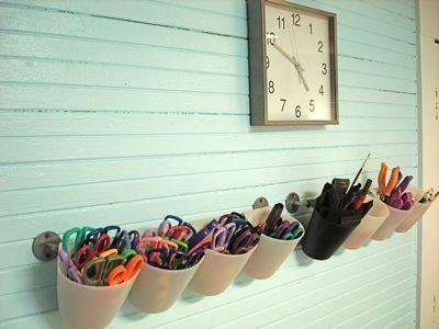 Leuke manier zodat je scharen, potloden, latten, breekmessen,.. niet meer kwijt geraakt. Je voorziet een plaats aan de muur waar leerlingen materiaal kunnen gebruiken en waar ze het ook terugleggen. #klasinterieur