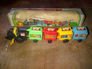 Mainan jadul kereta zigzag yang biasanya terbuat dari kaleng, kali ini materialnya dari plastik semua, kecuali bel nya.