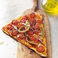 Yufka-Pizza mit Tomaten und Sardellen