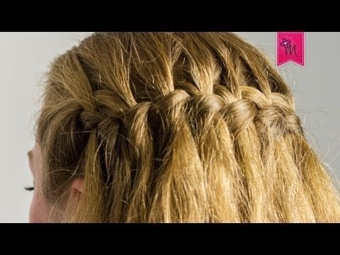 Hallo! Heute habe ich ein neues Haar Tutorial für euch. Wieder mit der lieben Kia zusammen. Sie macht mir heute eine geflochtene Wasserfall Frisur. Das Wasserfall Flechten ist eine klassische Flechtfrisur, die an sommerliche Landmode erinnert. Sie ist außerdem eine beliebte und elegante Brautfrisur. Mit ein bisschen Fingerfertigkeit könnt ihr das auch. Knutscha eure MandyBee