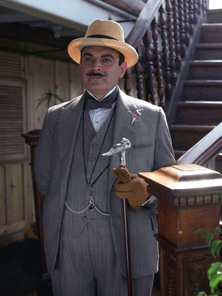 """Le détective belge imaginé par Agatha Christie a notamment été incarné à l'écran par Peter Ustinov (sur le grand) et David Suchet (sur le petit). Ce dernier vient d'ailleurs de tirer sa révérence : sa 70e apparition dans ce rôle (il l'interprète depuis 1989), dans l'épisode intitulé """"Hercule Poirot quitte la scène"""", a été diffusée ce 13 novembre sur ITV."""