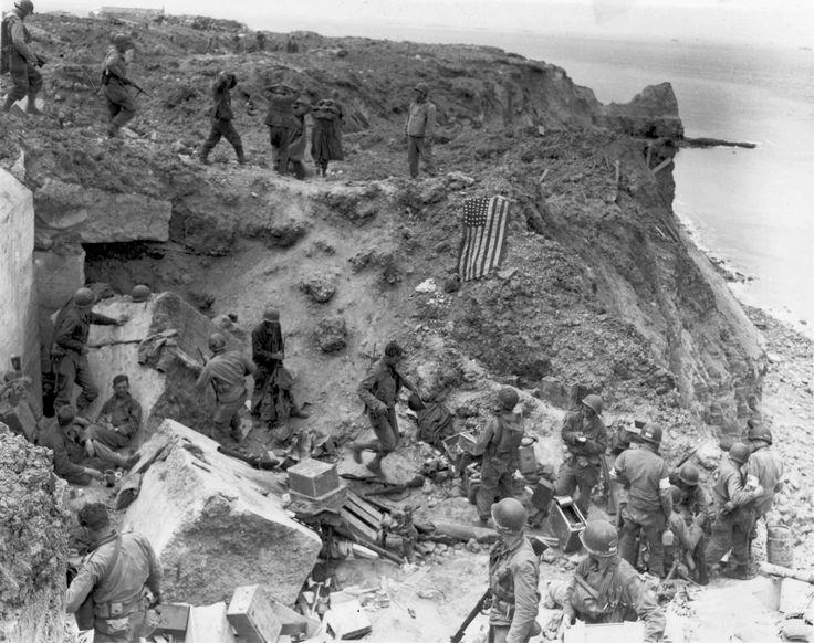 Un drapeau américain flotte sur un bunker détruit deux jours après que ce site stratégique dominant les plages du débarquement a été pris par les rangers de l'armée américaine. Pointe du Hoc le 8 juin 1944.