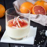 Nicht gestürzt, sondern im Glas wird diese überaus leckere Panna Cotta serviert. Die weiße Schokolade und der griechische Joghurt machen diese besonders cremig und die Blutorangen bilden einen wunderbaren Kontrast. Man sollte die Saison der Blutorangen noch nutzen um dieses leckere Dessert zuzubereiten. Alternativ kann man natürlich aus gewöhnliche Orangen reichen. Ich fine Blutorangen allerdingsMehr