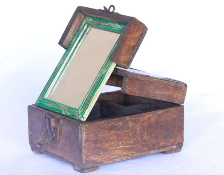 This is an authentic vintage shaving box with decorative iron corners. Once upon a time these vintage boxes would have been used by barbers in northern India to store their scissors, clippers, razor blades and other tools. #vintage #mirror #unique #furniture #homedecor #homestyle #homedecor