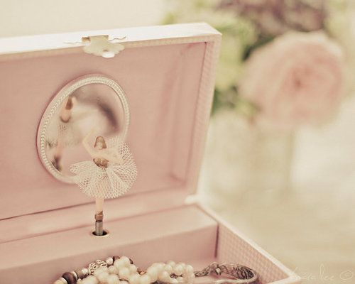 Im so particular about the one i want, small box- no other droors . just a simple box, pink lining, and a sinning ballerina.