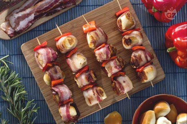 Gli spiedini di scamorza  affumicata e pancetta sono un secondo piatto sfizioso ed estivo, molto semplice da preparare.