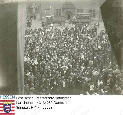Groß-Umstadt, 1932 ca. / SPD-Veranstaltung auf dem Marktplatz / Gruppenaufn. der Zuhörer