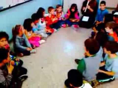 Αλφάβητο. Παραδοσιακό παιδικό τραγούδι της Σμύρνης. Οι μαθητές χωρισμένοι σε χορωδία και ορχήστρα.  Τα κρουστά συνοδεύουν με το ρυθμικό σχήμ...