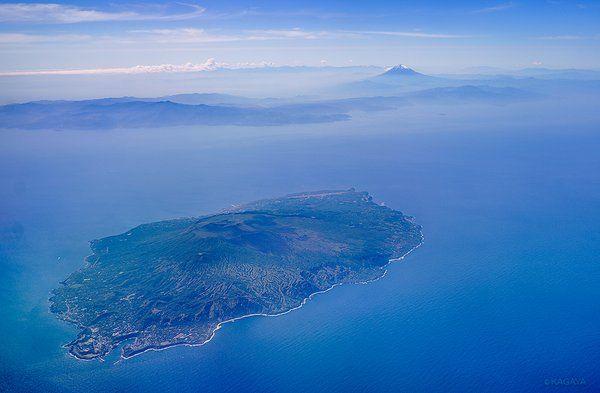 KAGAYA @KAGAYA_11949 5月18日 伊豆大島と富士山(右奥) 本日飛行機より撮影。