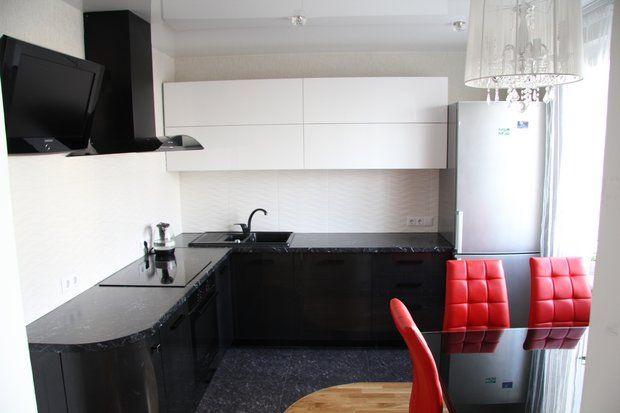 Кухня: элегантный гарнитур и красные стулья