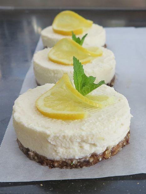 Je hebt geen oven nodig bij het recept voor deze frisse citroen cheesecake. Gemakkelijk te maken dus én gezond, want er zitten geen toegevoegde suikers in.