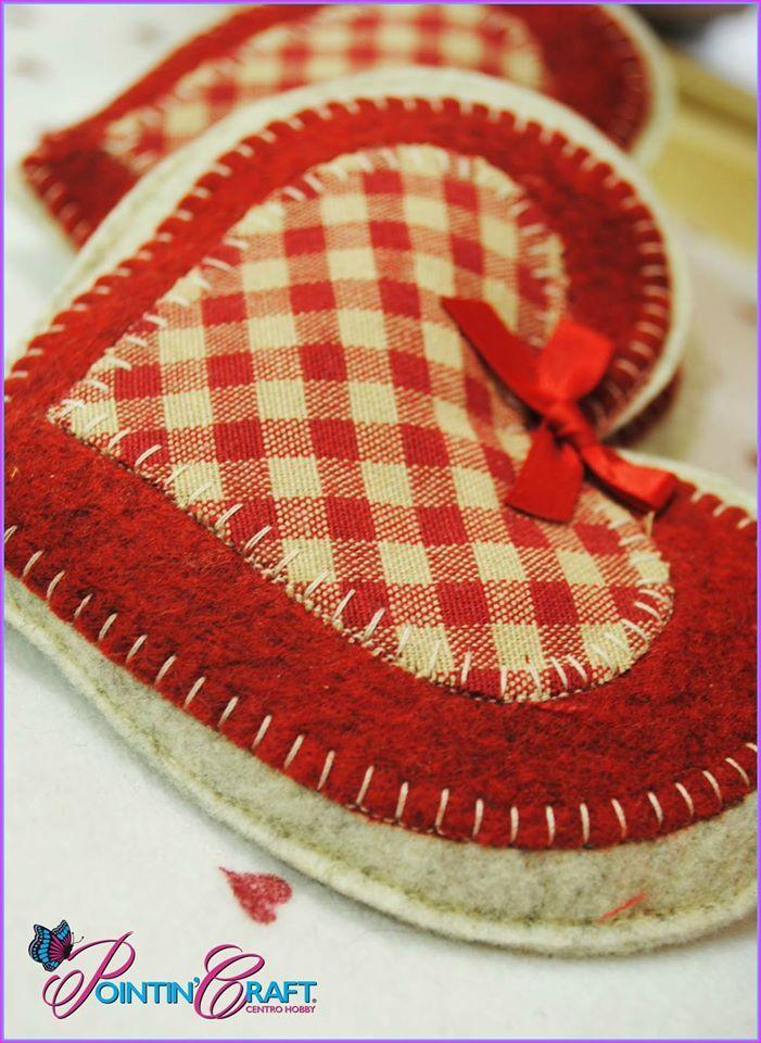 http://www.pointincraft.eu/it/ #creatività #creazioni #creazione #quadretti #rosso #red #bianco #stoffa #tessuto #fiocco #fiocchetto #cucito #filo #white #panno #feltro #cuore #heart #cuscino #pointincraft