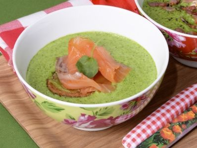Receta   Crema de berros con salmón y huevo escalfado  -  canalcocina.es
