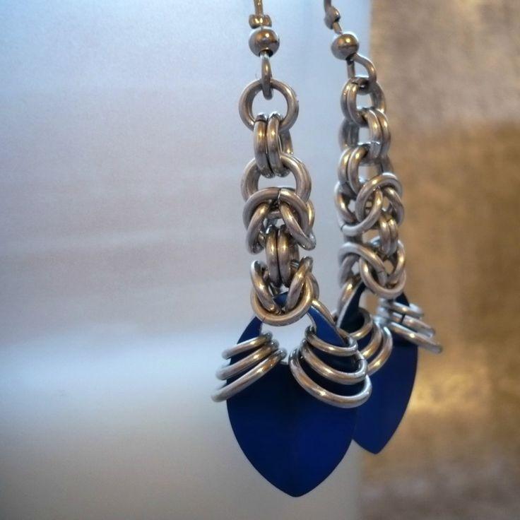 Modré šupinky Kroužkované náušnice - modrá hliníková šupina na řetízku z byzantské vazby ze stříbrných kroužků z eloxovaného hliníku. Nemění barvu, nešpiní, lehké. Délka od háčku 4,5 cm, háček z osteofixu, gumové zarážky Náušnice se hodí k náramku šupináči